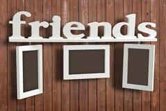 Marco de madera blanco de la foto con los amigos del texto foto de archivo libre de regalías