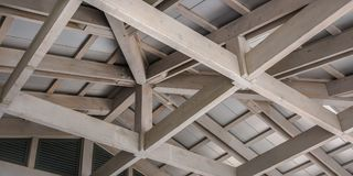 Marco de madera blanco del techo contra un tejado blanco imagen de archivo libre de regalías