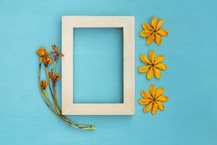 Marco de madera con la flor amarilla Foto de archivo libre de regalías