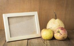 Marco de madera con la fruta del espacio y del fiador Fotografía de archivo