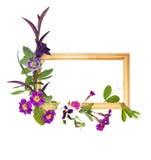Marco de madera con las flores púrpuras Imagen de archivo libre de regalías