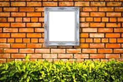 Marco de madera de la imagen de la foto en la pared de ladrillo Foto de archivo libre de regalías
