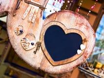 Marco de madera de la tarjeta del día de San Valentín con claves al corazón Imagen de archivo
