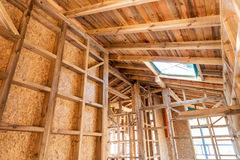Marco de madera de una nueva casa bajo construcción Imagen de archivo libre de regalías