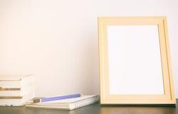 Marco de madera en blanco para la mofa para arriba imagenes de archivo