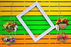 Marco de madera en fondo de madera colorido Fotos de archivo