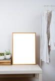 Marco de madera vacío en la tabla, maqueta de la impresión del arte fotografía de archivo libre de regalías