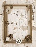 Marco de madera y engranajes mecánicos del reloj Foto de archivo libre de regalías
