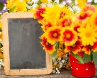 Marco de madera y flores Imágenes de archivo libres de regalías