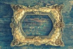 Marco de oro barroco del vintage en fondo de madera Textur del Grunge Imagen de archivo libre de regalías