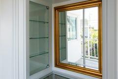 Marco de oro del espejo en vestuario Fotos de archivo libres de regalías