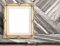 Marco de oro del vintage en la sobremesa de madera tropical diagonal en la madera fotografía de archivo