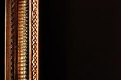 Marco de oro en el lugar vacío negro del fondo para el texto imagenes de archivo