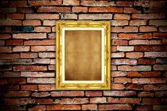 Marco de oro en la pared de ladrillo vieja foto de archivo
