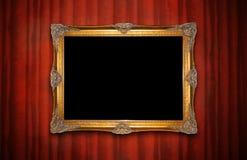 Marco de oro en la pared roja Fotos de archivo
