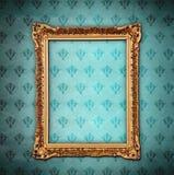 Marco de oro sobre el papel pintado del grunge Foto de archivo libre de regalías