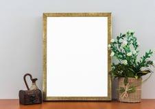 Marco de oro vacío en la mofa en blanco blanca de la bandera del anuncio del estante de madera encima de la plantilla aislada imágenes de archivo libres de regalías