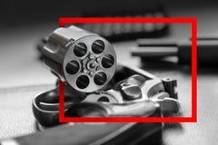 Marco de papel rojo con Pistola del revólver de 357 calibres Imagen de archivo libre de regalías