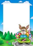 Marco de Pascua con el conejito que conduce el coche Fotografía de archivo