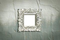 Marco de plata en la pared áspera Fotografía de archivo