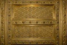 Marco de puerta de madera plaed oro antiguo foto de archivo