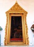 Marco de puerta de oro del estuco de la pintura, templo antiguo tailandés Imagenes de archivo