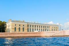 Marco de St Petersburg do cuspe da ilha de Vasilievsky - construção do museu zoológico, antigo armazém sul da troca fotos de stock