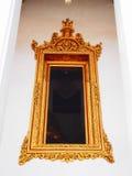 Marco de ventana de oro del estuco Foto de archivo libre de regalías