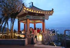 Marco de Victoria Peak em Hong Kong (o pico) na noite Fotografia de Stock Royalty Free