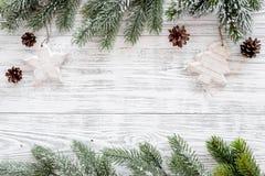 Marco del Año Nuevo Conos Spruce de la rama y del pino en copyspace de madera ligero de la opinión superior del fondo Fotografía de archivo libre de regalías