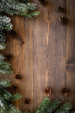 Marco del Año Nuevo Conos Spruce de la rama y del pino en copyspace de madera oscuro de la opinión superior del fondo Foto de archivo libre de regalías