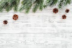 Marco del Año Nuevo Conos Spruce de la rama y del pino en copyspace de madera ligero de la opinión superior del fondo Imagenes de archivo