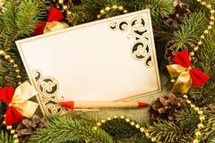 Marco del abeto de la Navidad con la tarjeta de felicitación vacía Fotografía de archivo