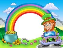 Marco del arco iris con el leprechaun en coche Fotografía de archivo