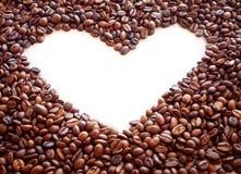 Marco del café del corazón hecho de habas en textura de la arpillera Foto de archivo