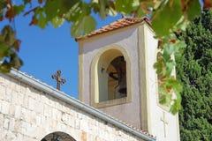 Marco del campanario de una iglesia, de la cruz y de las hojas Imagen de archivo libre de regalías