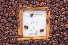 Marco del canela con tiempo del café de las palabras dentro Fotos de archivo