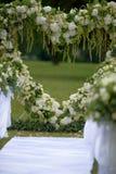 Marco del corazón hecho de flores hermosas Arco hecho para casarse el cer Imagen de archivo