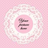 Marco del cordón del color de rosa de bebé con el fondo del punto de polca Fotografía de archivo libre de regalías