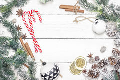 Marco del día de fiesta de la Navidad con los bastones de caramelo, las ramas del abeto y Chris Fotografía de archivo