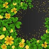 Marco del día de St Patrick s con verde y tréboles de la hoja del oro cuatro y tres, monedas de oro en fondo negro Partido Imagen de archivo