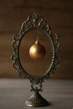 Marco del espejo del vintage y bola de la Navidad Fotografía de archivo