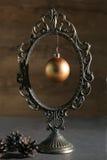 Marco del espejo del vintage y bola de la Navidad Fotos de archivo