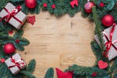 Marco del fondo de la Navidad con las ramas del abeto y el otro decoratio Fotografía de archivo