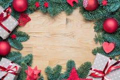 Marco del fondo de la Navidad con las ramas del abeto y el otro decoratio Fotos de archivo