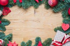Marco del fondo de la Navidad con las ramas del abeto y el otro decoratio Foto de archivo libre de regalías