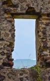 Marco del hormigón y de ventana de la roca con la opinión del mar imágenes de archivo libres de regalías