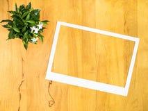 Marco del Libro Blanco con la maceta en el fondo de madera Foto de archivo libre de regalías