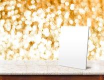 Marco del Libro Blanco en la tabla de mármol con el backgroun chispeante del bokeh Imagen de archivo libre de regalías