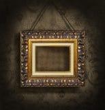Marco del oro en el papel pintado antiguo Foto de archivo libre de regalías